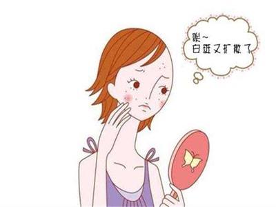 女孩脸上的绿豆白点是怎么回事?
