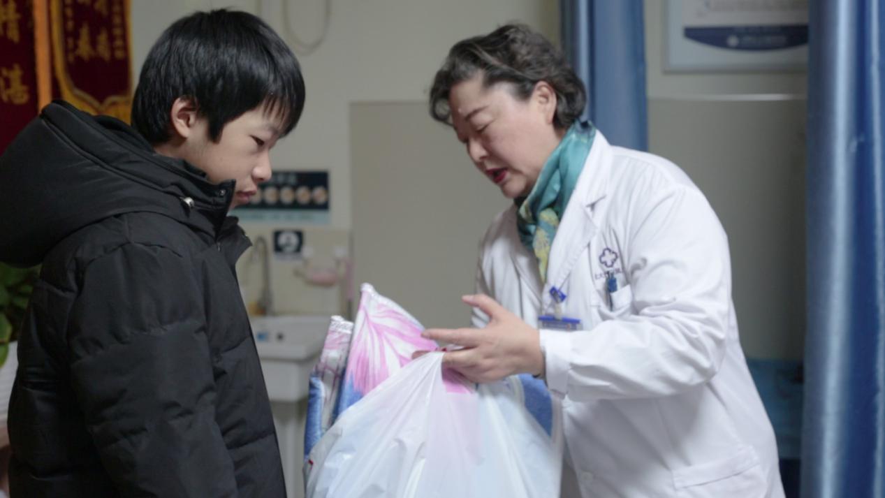 (合肥北大)诊室自费添置暖冬衣物,医者仁心让小俊和家人的